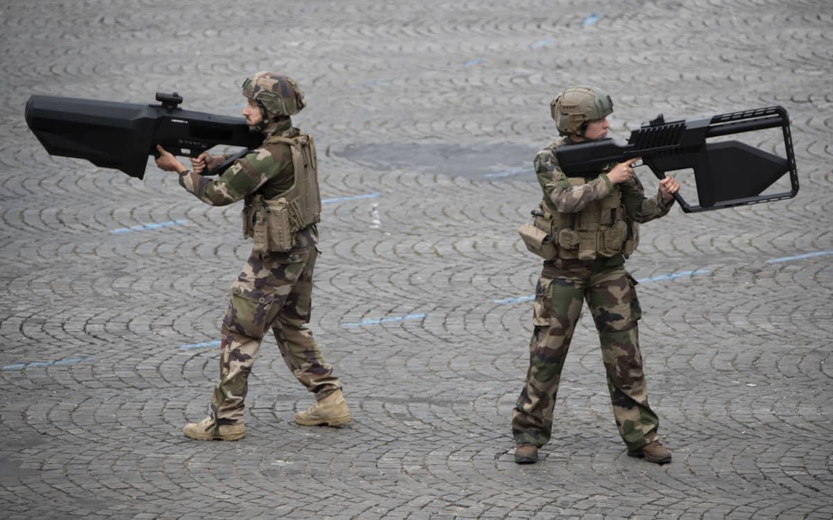 Ranskalaiset sotilaat esittelevät NEROD F5 anti-drone kiväärejä vuosittaisen Bastille Day -sotilasparaadin aikana Pariisissa 14. heinäkuuta 2019.