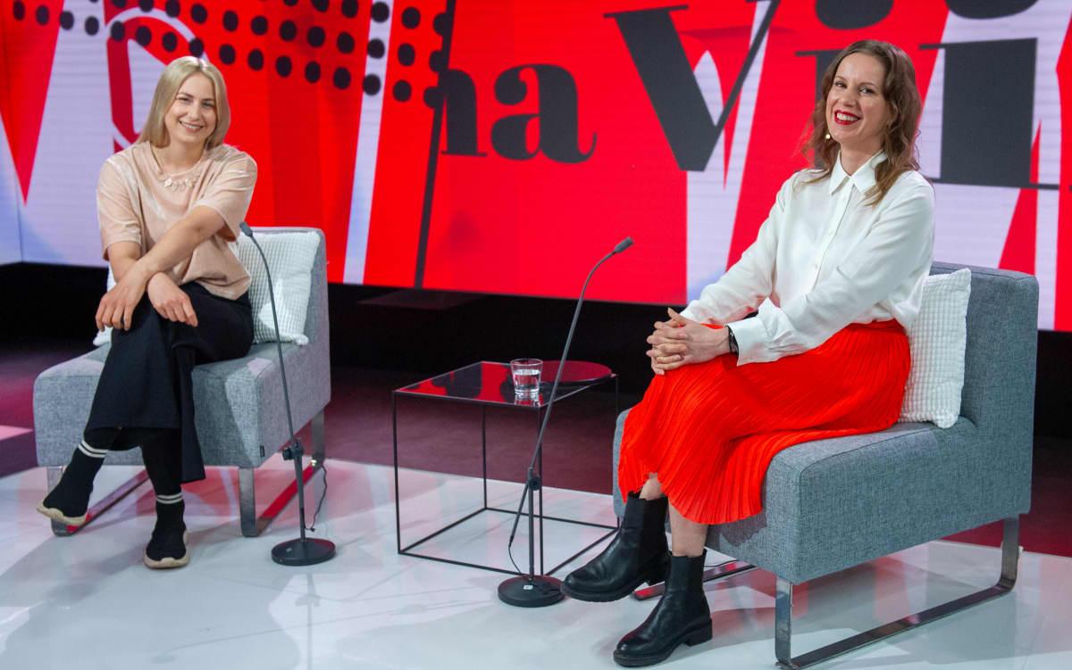 Viimeinen sana -ohjelman vieraina kevään viimeisessä lähetyksessä olivat Yle Kioskin videotoimittaja Emma Karasjoki (vas.) ja Iltalehden lifestyle-toimituksen esimies Piia Rantio.