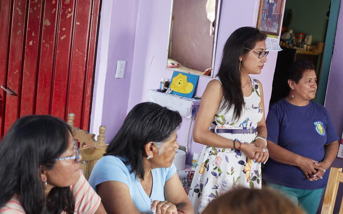 Opiskelija Guadalupe Ramos García (keskellä) ja kotiapulainen Rufina Ramos García (oikealla) odottavat vasemmistopuolue Morenalta koulutukseen panostamista ja väkivallan hillitsemistä.