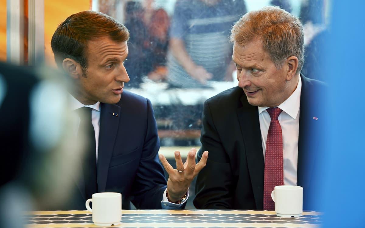 Emmanuel Macron ja Sauli Niinistö torikahveilla Kauppatorilla.