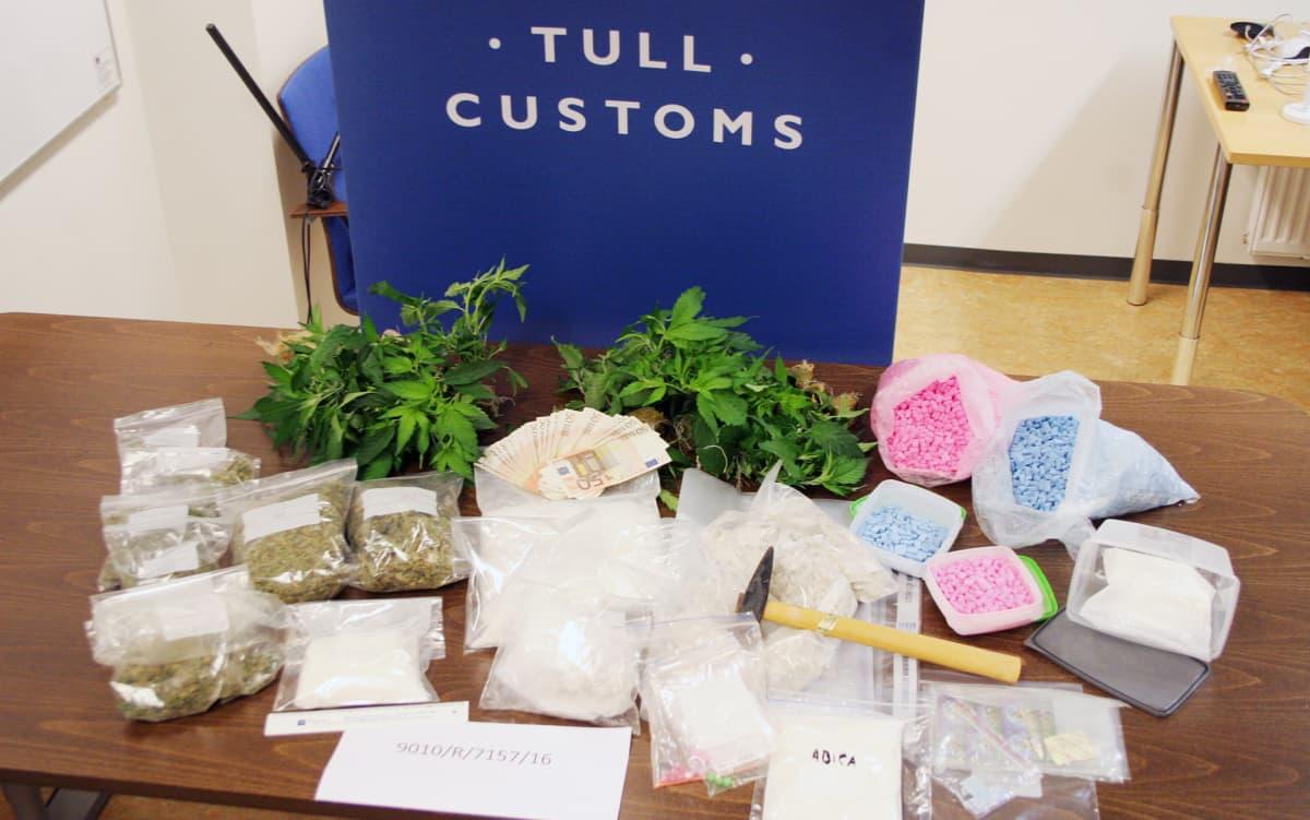 Tullin välittämä yleiskuva kotietsinnässä löydetyistä huumausaineista.