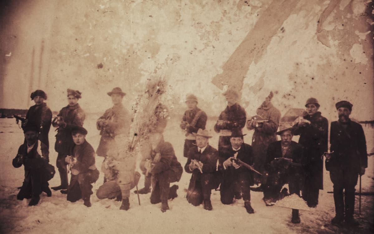 Tikkurilan punakaartilaisia ryhmäkuvassa aseineen.