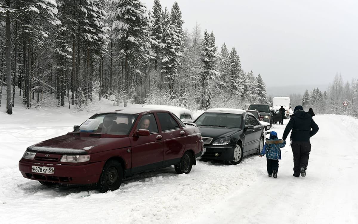 Noin kymmenen auton letka odotteli puomiasemalla 3 kilometriä Alakurtista itään lauantaina 23. tammikuuta.