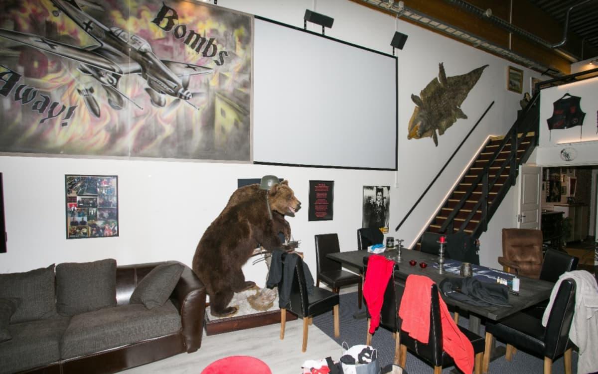 United Brotherhoodin kerhohuoneella on muun muassa täytetty karhu kypärä päässä.