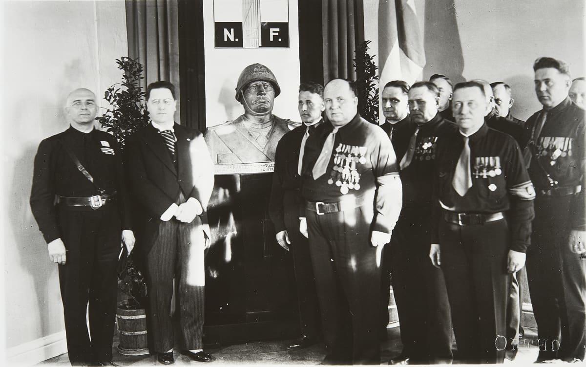 Italian erikoislähettiläs Ezio Maria Gray luovuttaa Mussolinin patsaan Isänmaalliselle Kansanliikkeelle kesäkuussa 1936.