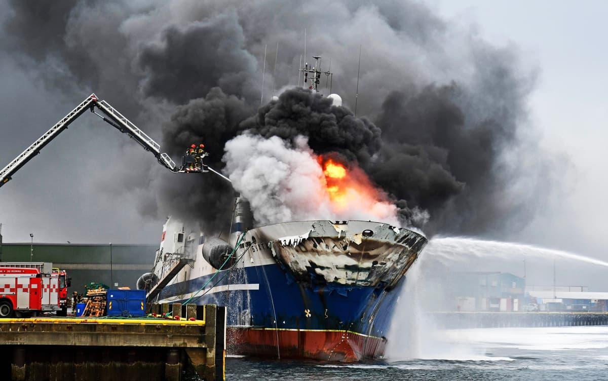 Venäläinen troolari Bukhta Naezdnik palaa Tromssan satamassa.