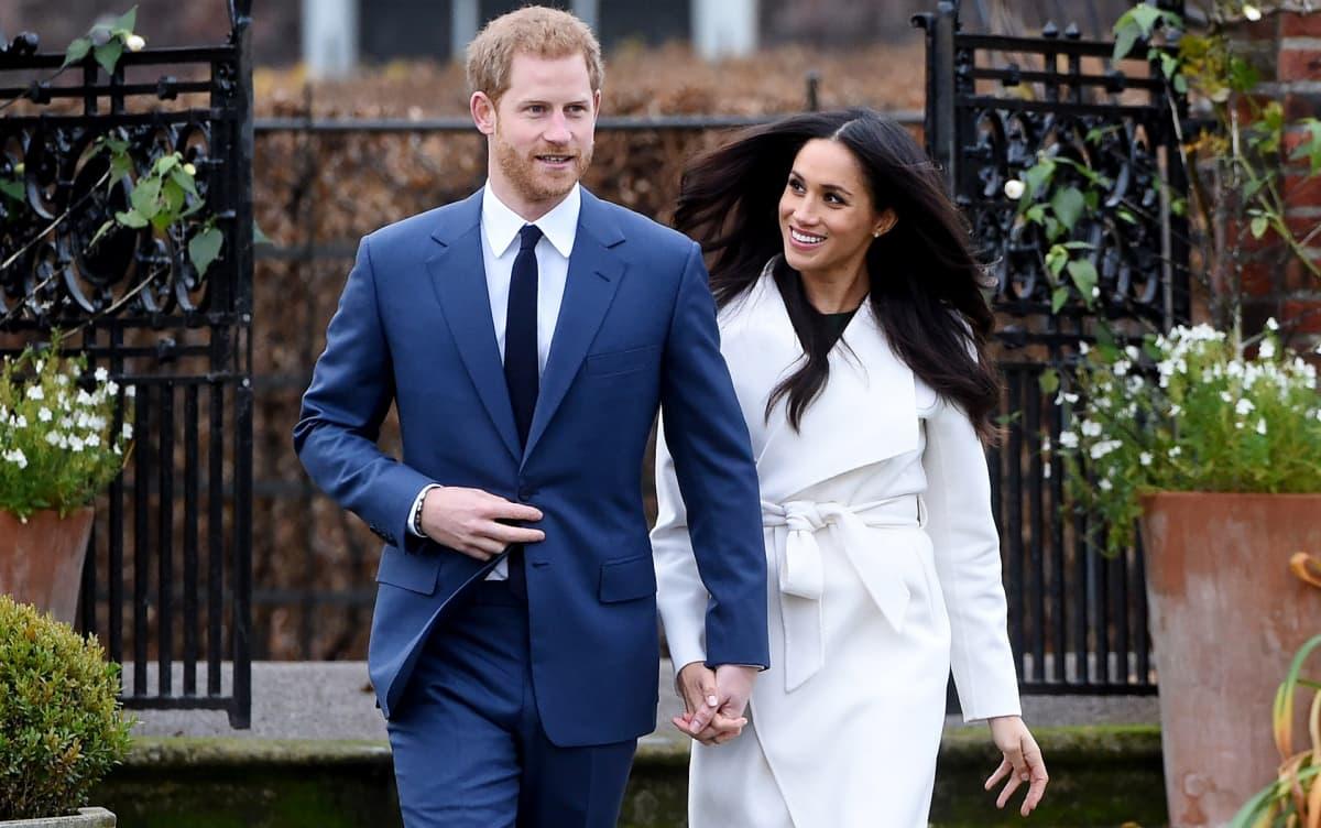 Prinssi Harry ja Meghan Markle kävelevät käsi kädessä kihlautumisen julkistamispäivänä Kensingtonin puutarhassa.