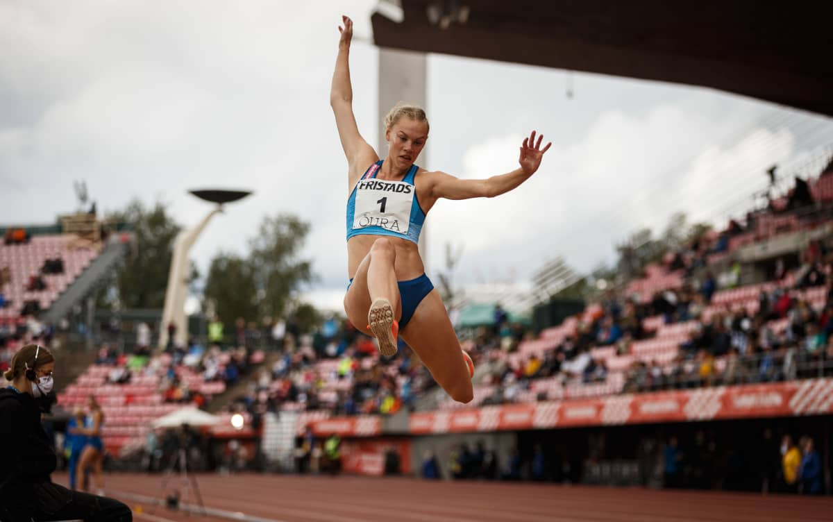 Saga Vanninen hyppää pituutta Ruotsi-ottelussa 2020.