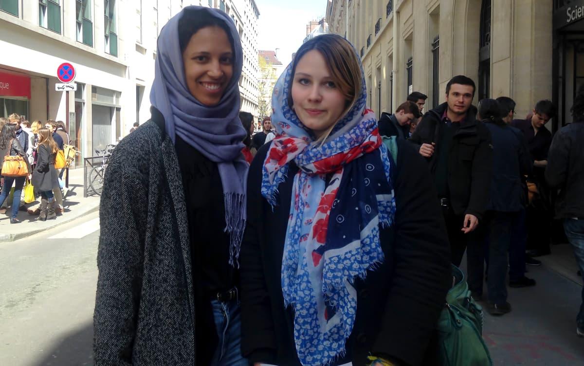 Pariisin Sciences Po -yliopiston opiskelijat Lily ja Mathilde toivovat, että myös musliminaiset saavat pukeutua kuten he haluavat.