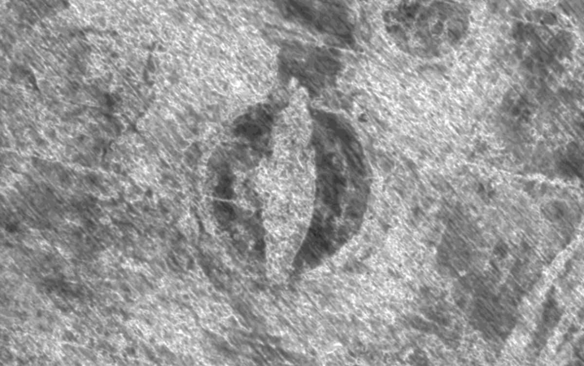 Tutkakuvassa näkyy hautakumpu tummana ja alus sen keskellä vaaleana.
