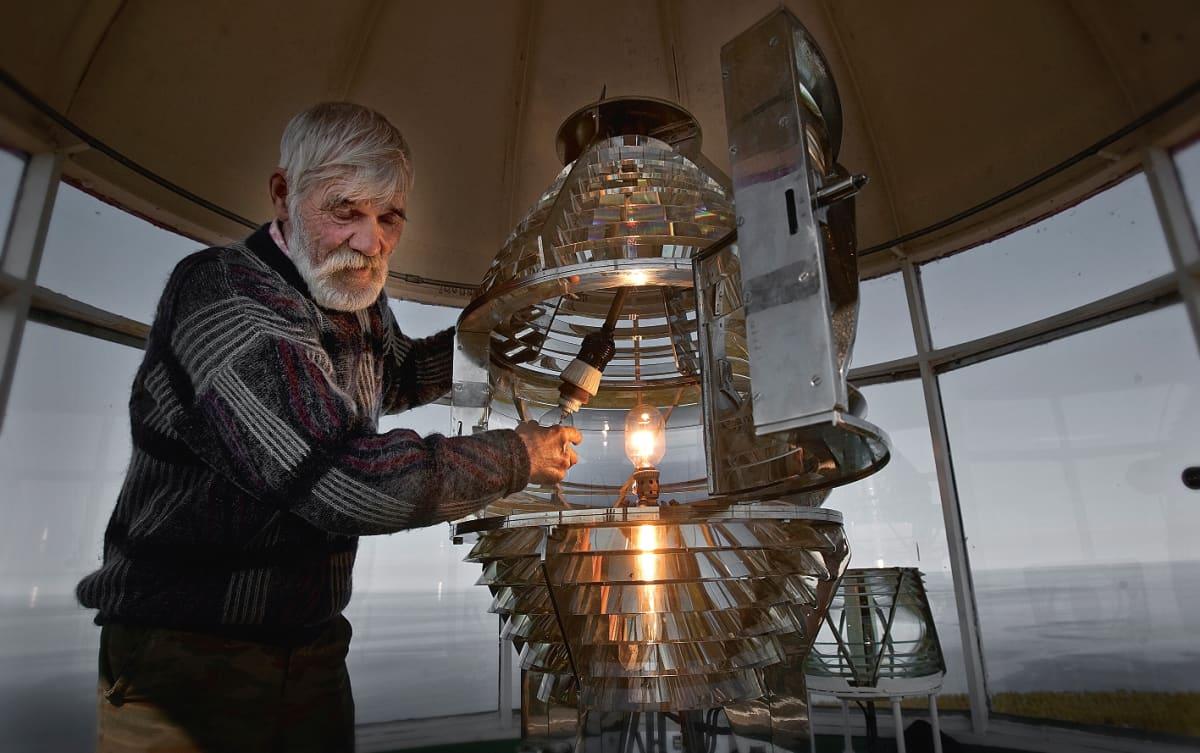 Pohjoiskorkian majakanvartija Nikolai lampunvaihdossa