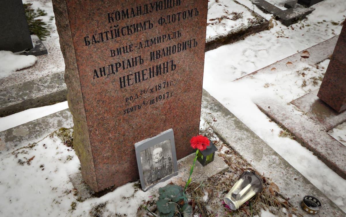 Adrian Nepenin hauta Hietaniemen hautausmaalla.