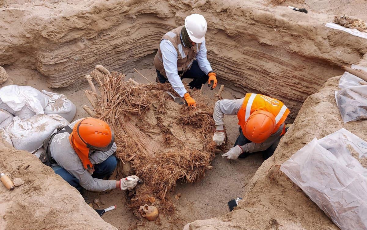 Arkeologit tutkivat haudasta löytyneitä vainajia lähellä Chilcan kaupunkia.