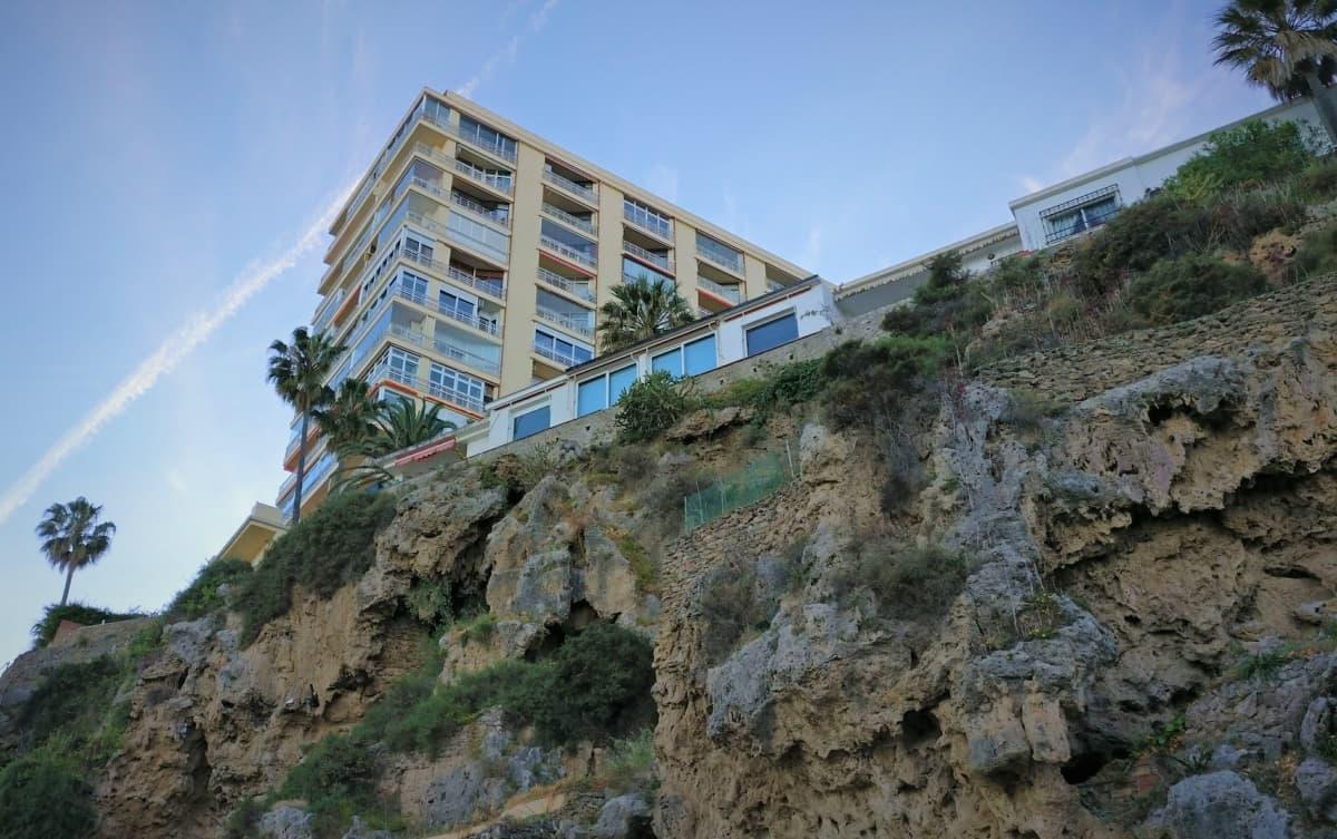 Hotelli jyrkänteellä Espanjan Aurinkorannikolla Costa del Solilla.