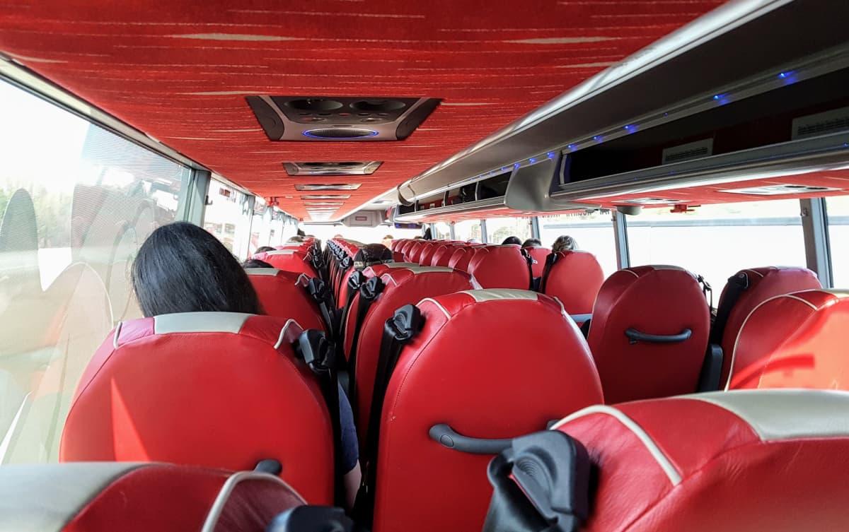Onnibusin kaksikerrosbussin matkustamo