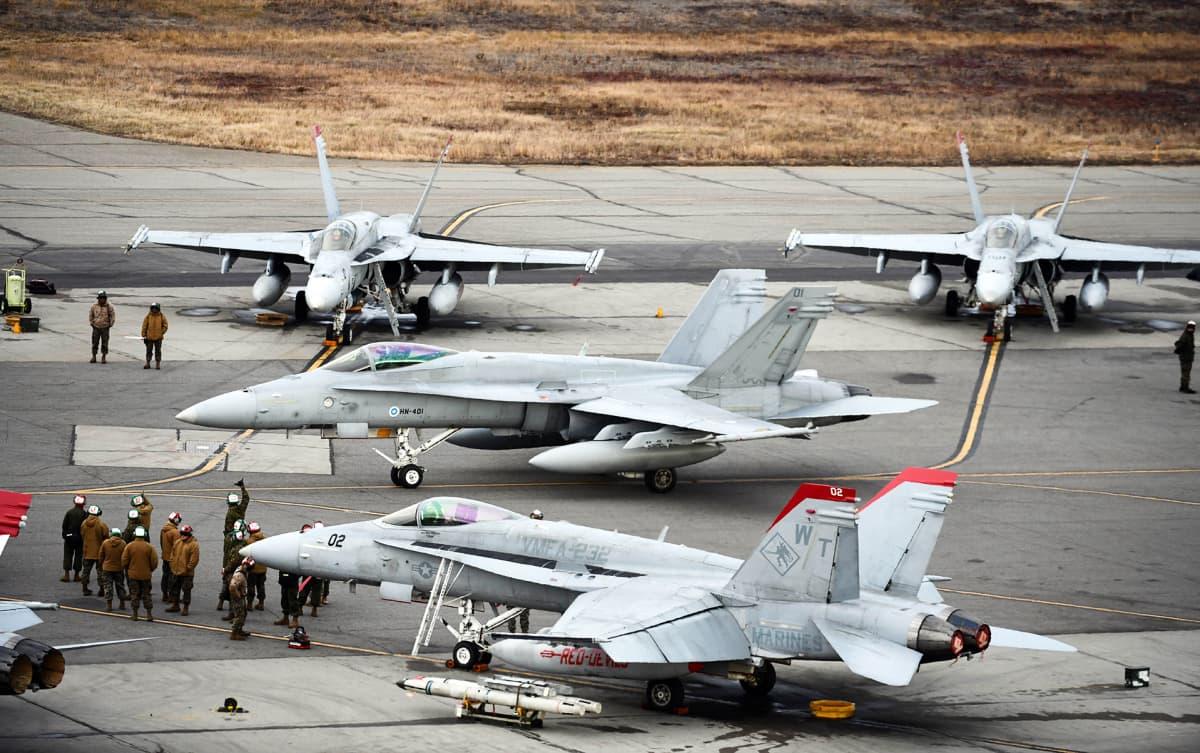 Ilmavoimien Hornet rullaa Eielsonin tukikohdassa Yhdysvaltain merijalkaväen F/A-18C -koneiden välistä kohti Red Flag -tehtävää.
