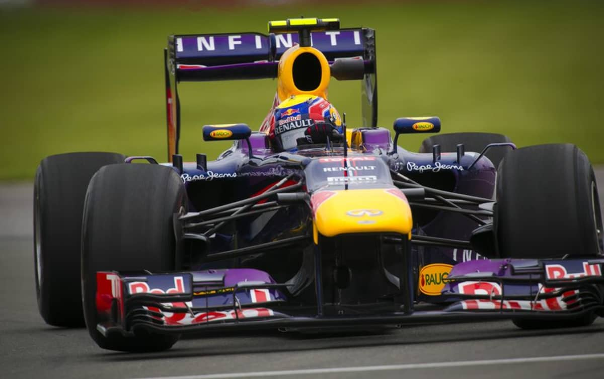 Red Bull -tallin Mark Webber vauhdissa.