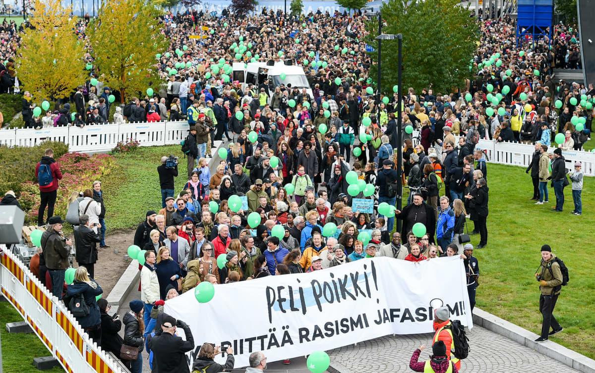 eli Poikki mielenosoitus Kansalaistorilla Helsingissä.