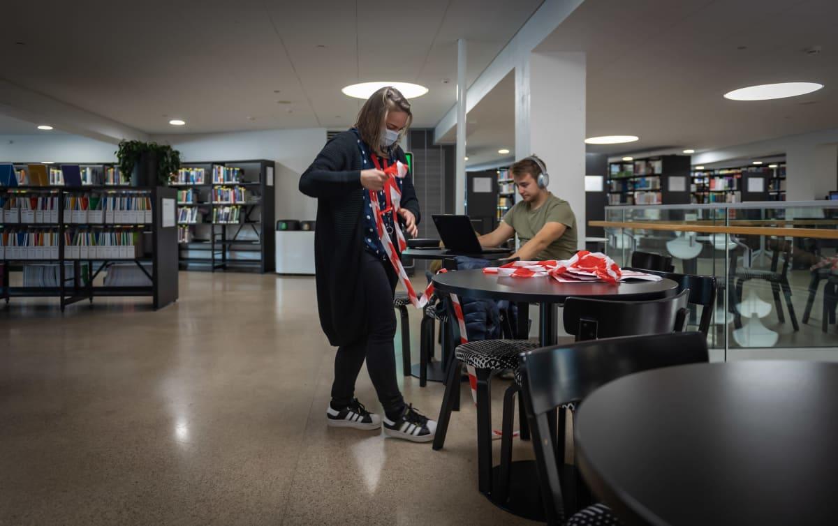 Koronarajoitusten purkua Aalto-yliopiston oppimiskeskuksessa Otaniemen kampuksella