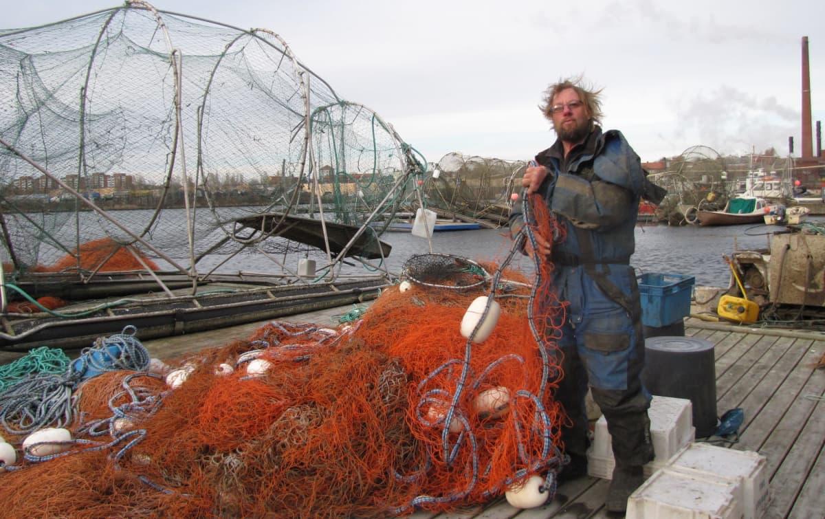 Kalastaja Antero Halosen pyydykset ovat jo maissa. Uusi lohenpyyntikausi käynnistyy ensi keväänä.