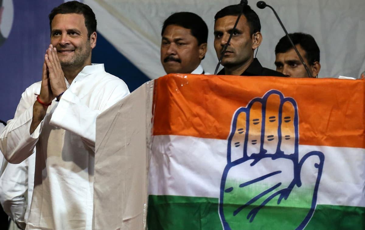 Rahul Gandhi tervehtii kannattajiaan 11. joulukuuta 2017.
