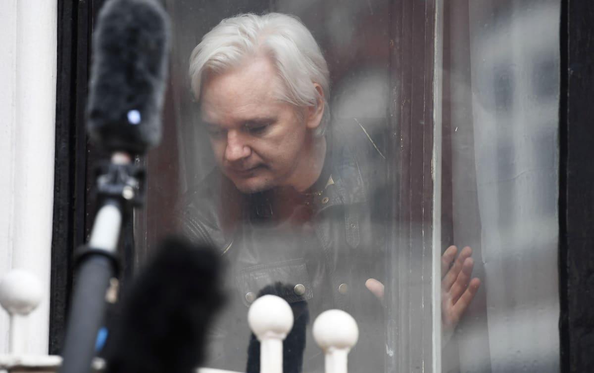 Julian Assange Ecuadorin Lontoon suurlähetystön parvekkeella toukokuussa 2017.