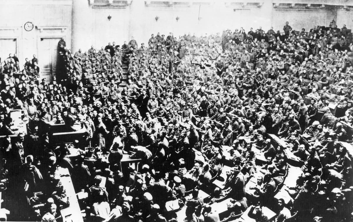 Pietarin työläisten ja sotilaiden edustajien neuvoston ensimmäinen istunto Taurian palatsissa.