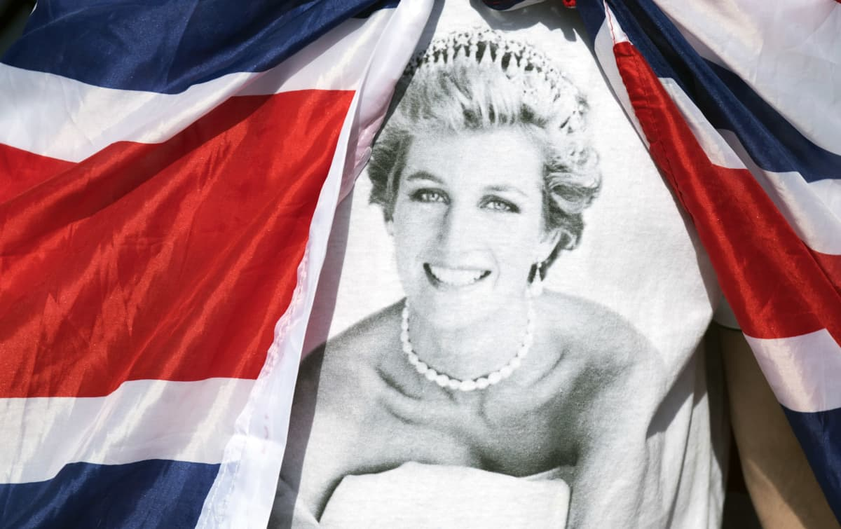 Britannian lipun kehystämä valokuva Dianasta.