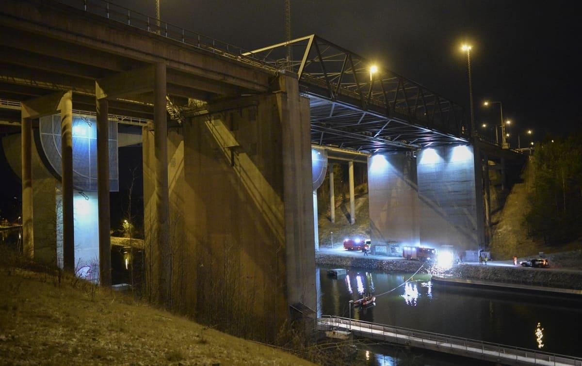 Sillalta on lähes 30 metrin pudotus kanavaan.