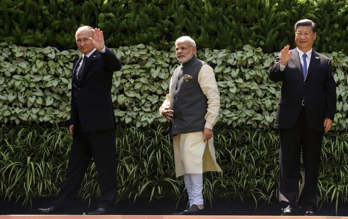Venäjän presidentti Vladimir Putin (vas.), Intian pääministeri Narendra Modi ja Kiinan presidentti Xi Jinping nousevien suurten kansantalouksien BRICS-huippukokouksessa Intian Goassa