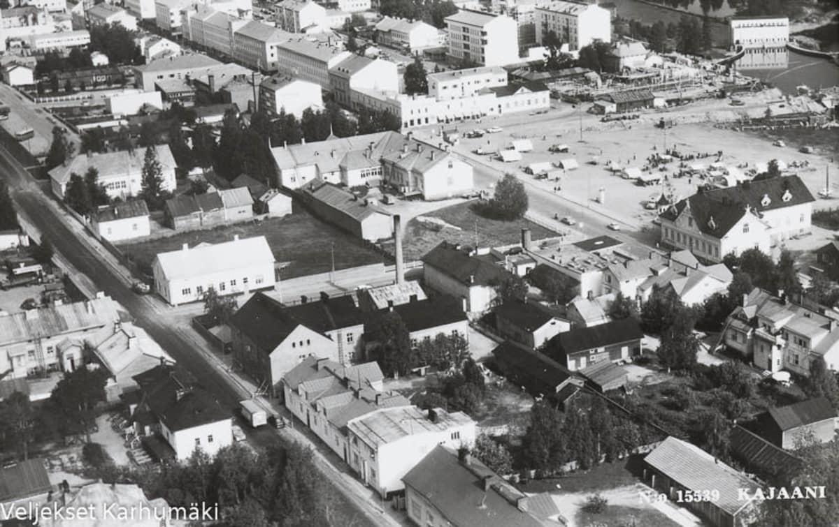 1960-luvun postikortissa ilmakuva Kajaanista.
