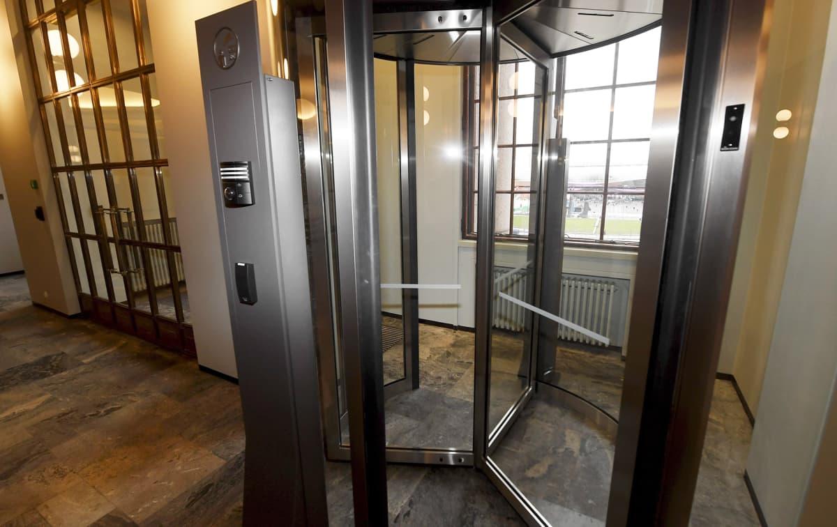 Eduskuntatalon pääaulan toinen ovi henkilökunnalle eduskunnassa.