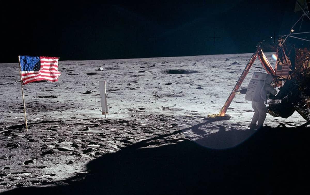 USA:n lippu ja Armstrong Kuun pinnalla.
