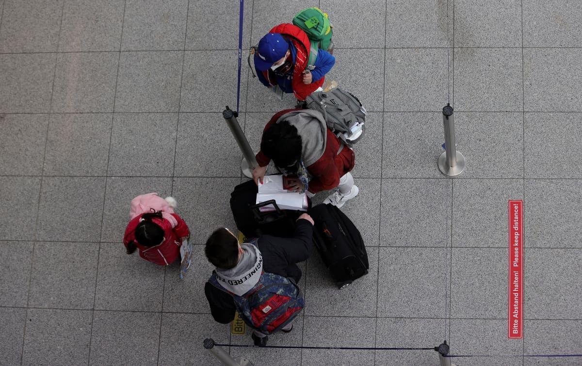 Matkustajia lentokentällä Saksassa.