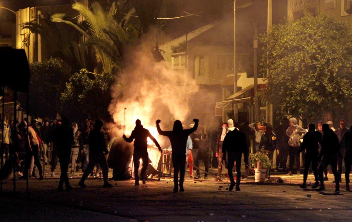 Mielenosoittajia kadulla Tunisian Silianassa.