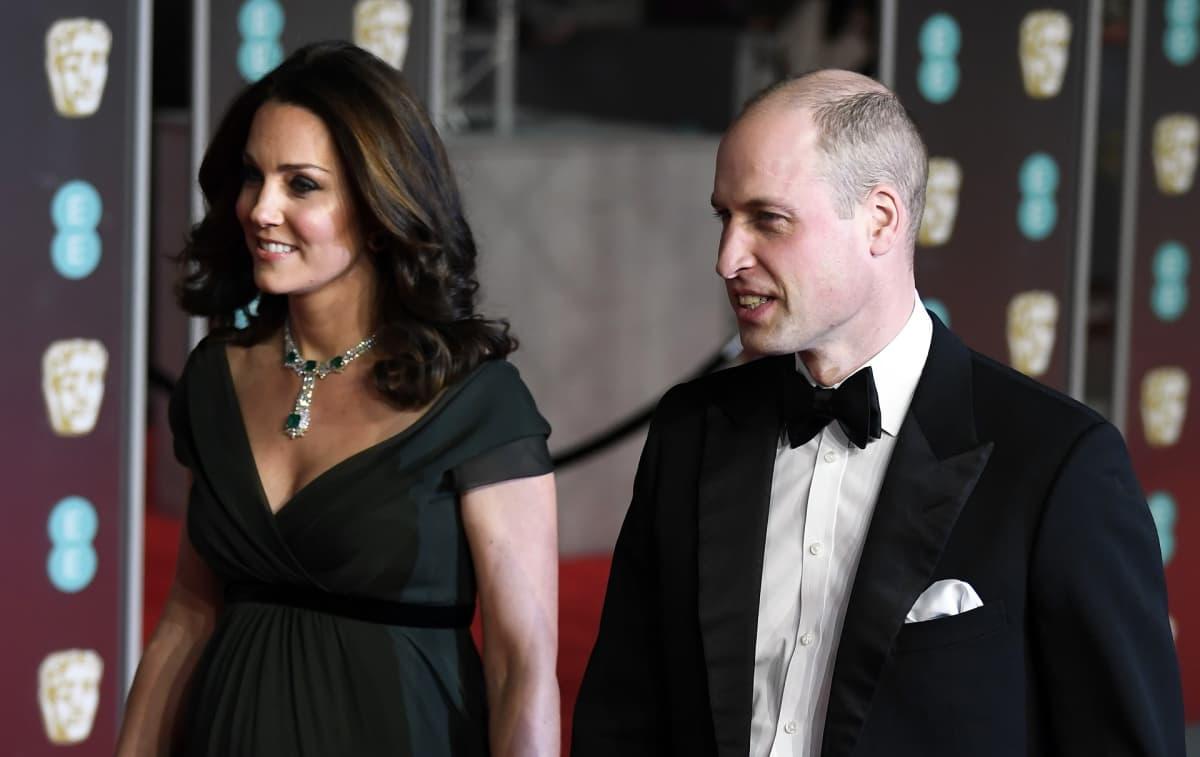 Prinssi William ja herttuatar Catherine saapuvat Britannian elokuva-gaalaan, Baftaan.