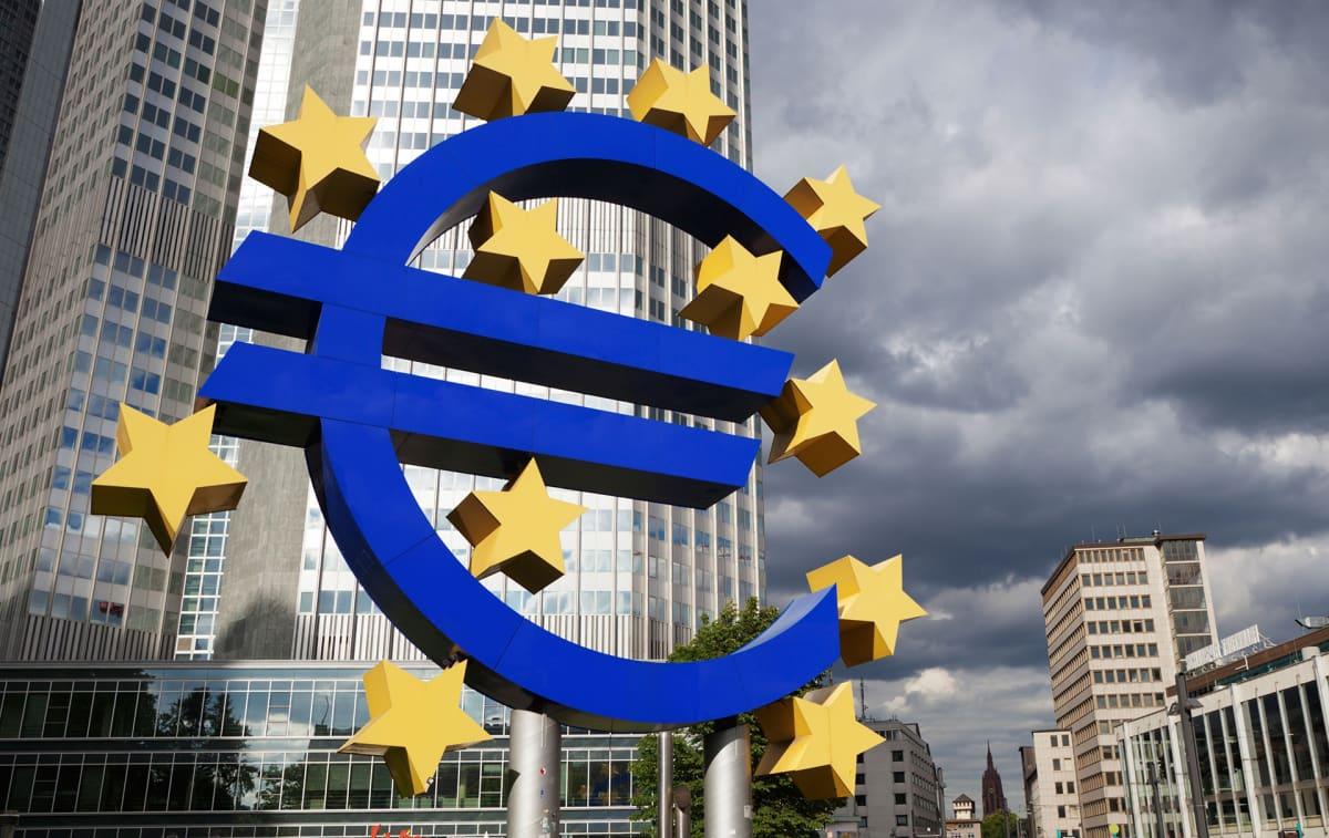 Euro-veistos vanhan EKP:n pääkonttorin edessä.