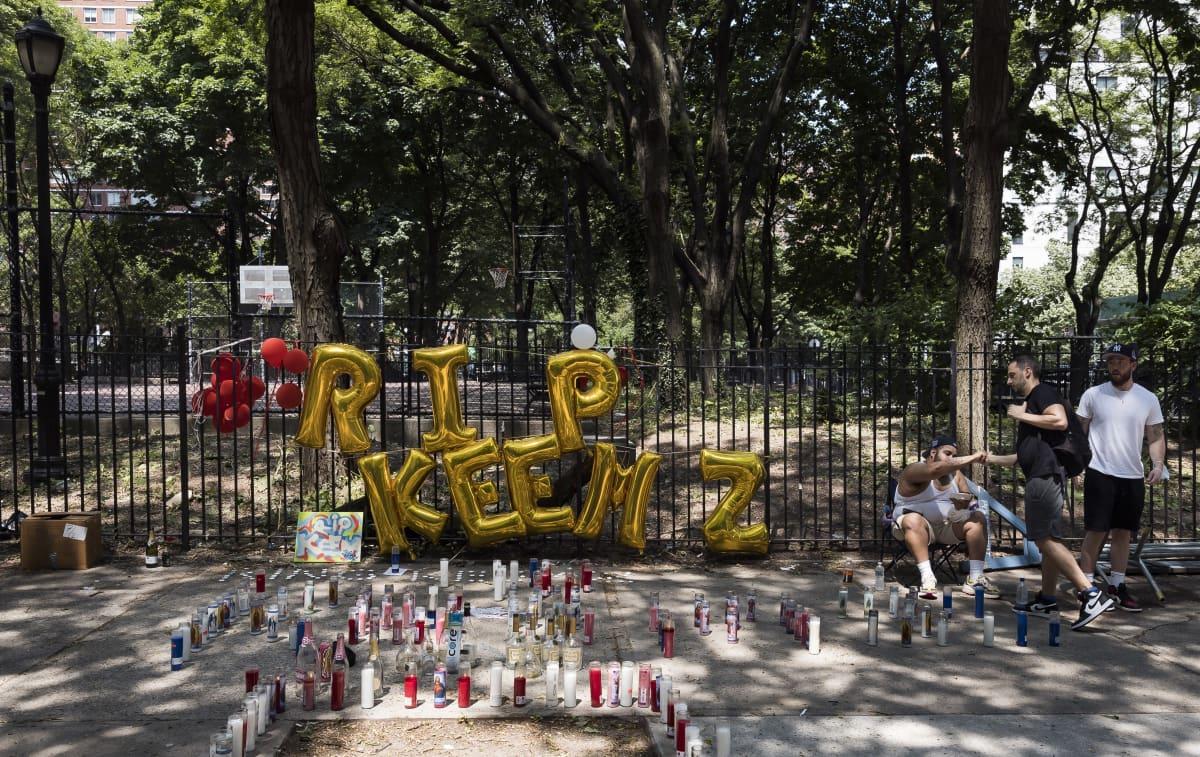 Ampumisen uhrin muistoksi tuotuja kynttilöitä ja ilmapalloja.