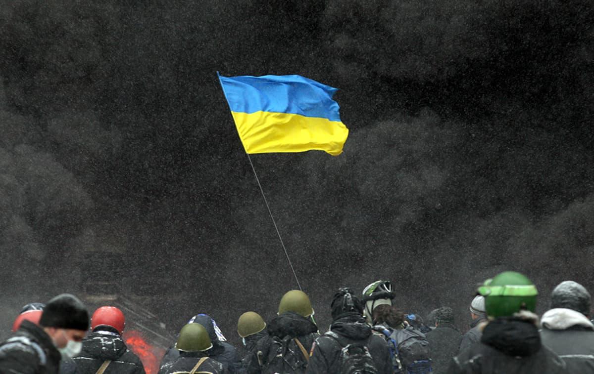 Mielenosoittajat heiluttavat Ukrainan lippua