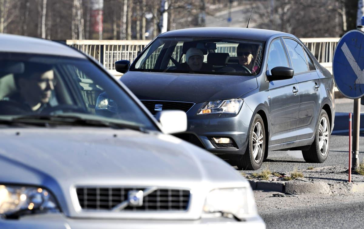 Liikennettä Espoontiellä Espoon Lommilassa tiistaina 16. huhtikuuta.