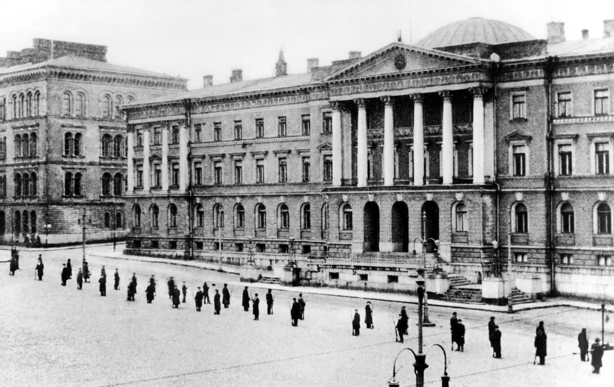 Punakaarti valtioneuvoston linnan edessä.