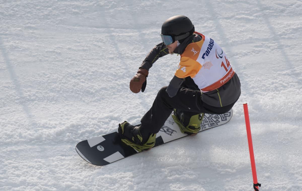 Matti Sairanen laskee paralympialaisten crossiradalla.