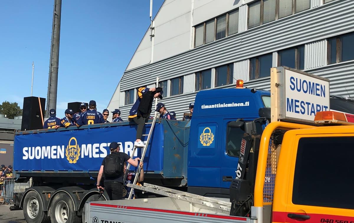 Rauman Lukon joukkue kapuamassa lava-auton kyytiin 12.5.2021-