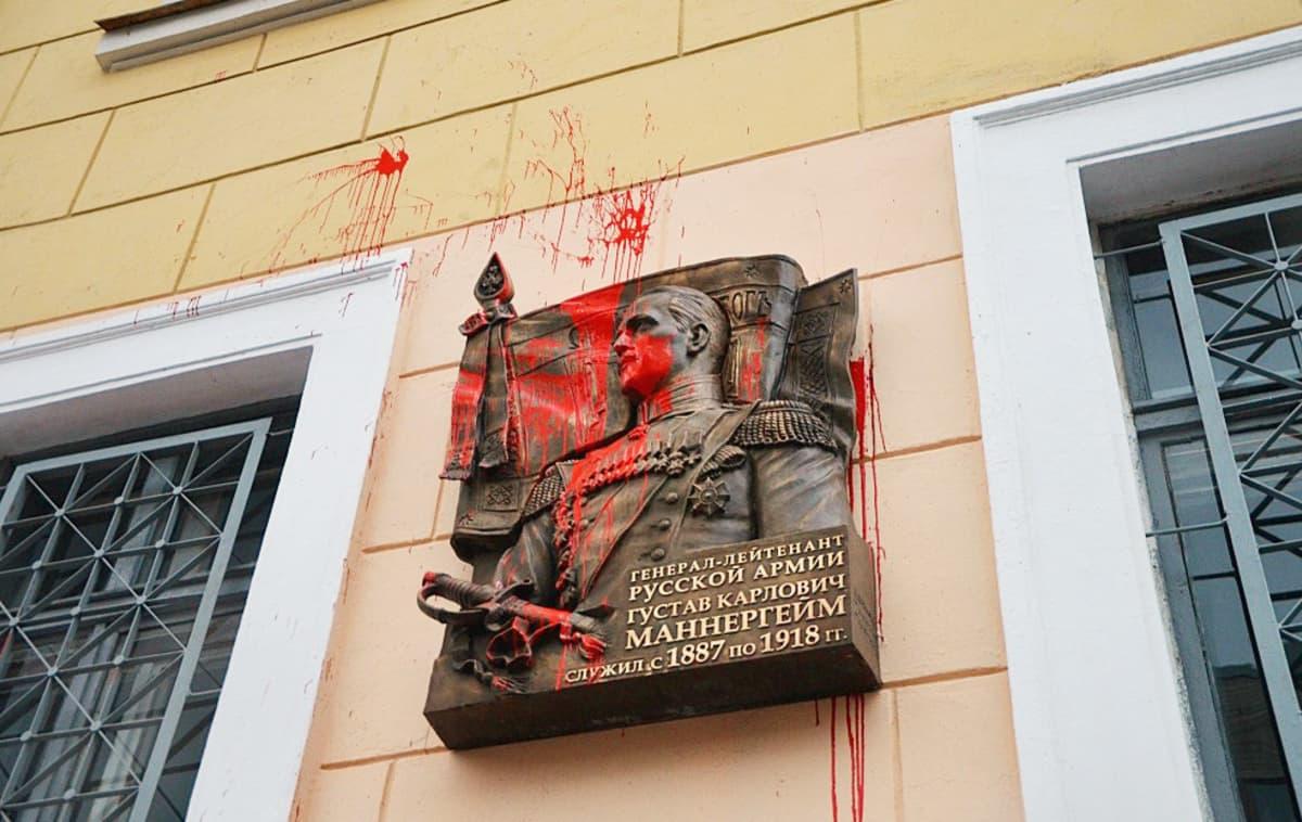 Mannerheim-laatta punaisen maalin peitossa