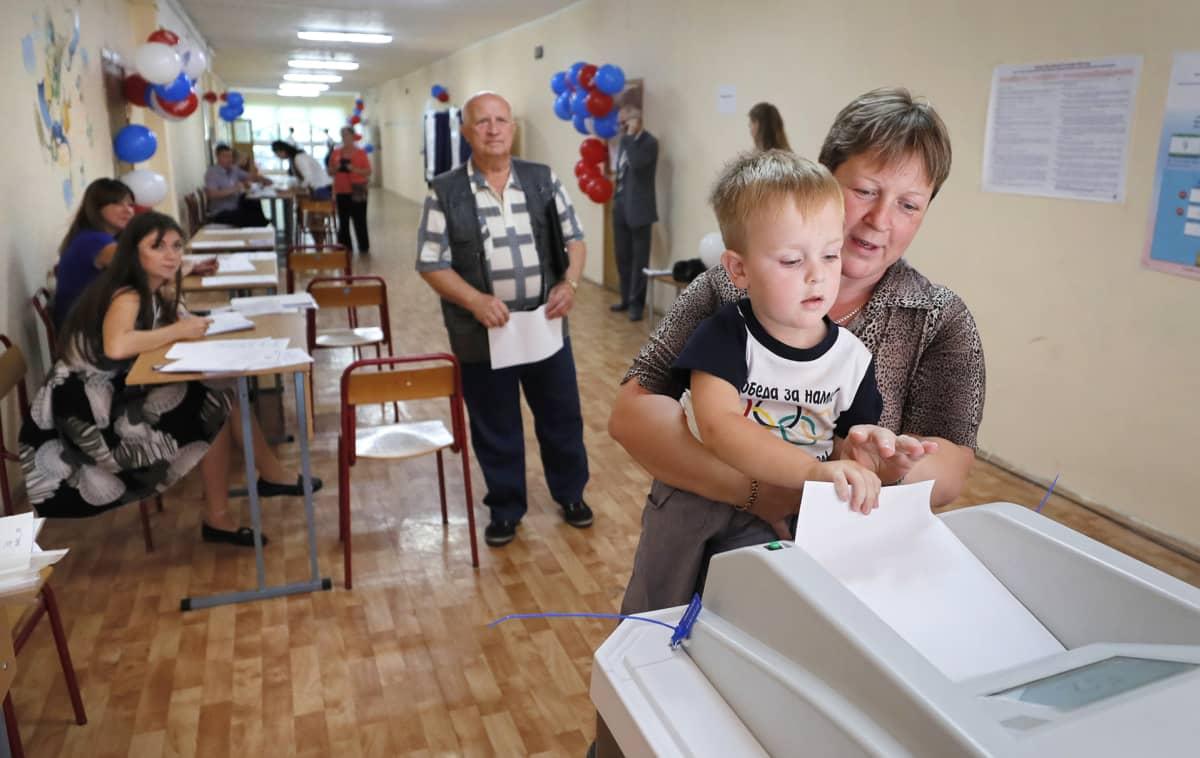 Ihmisiä äänestyspaikalla Moskovassa sunnuntaina.
