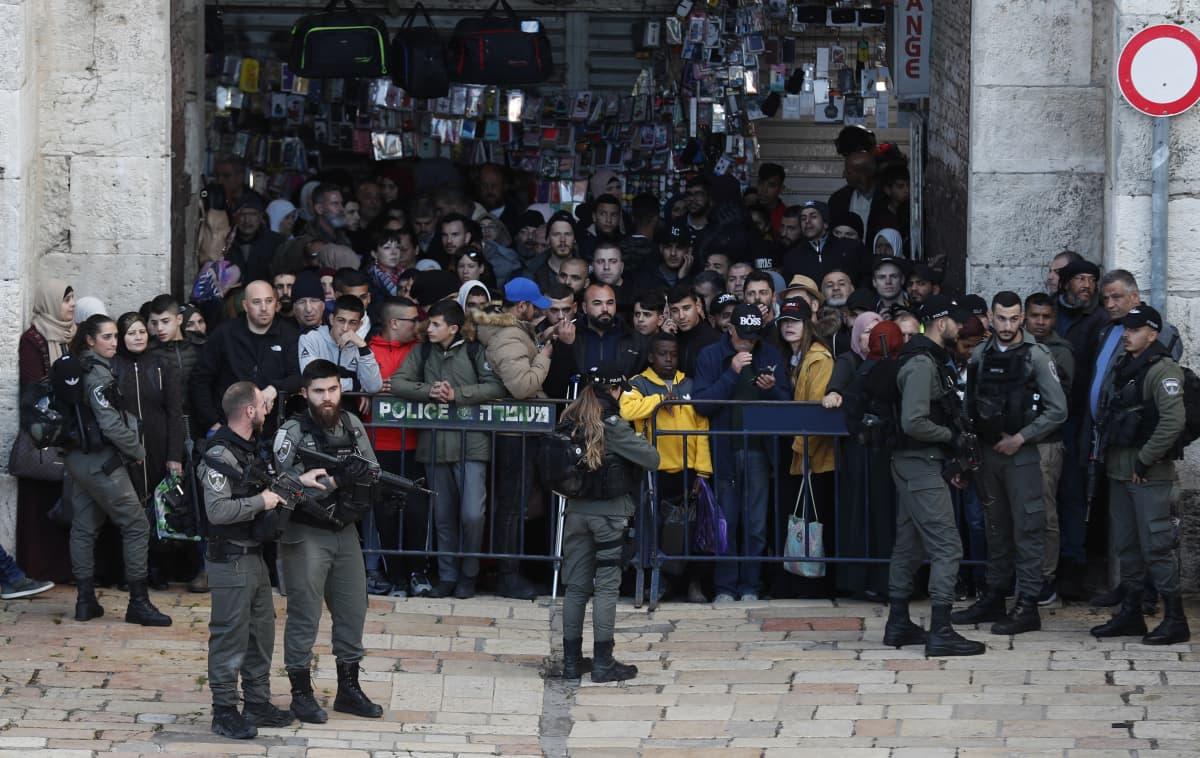 Israelin rajapoliisi tarkastaa Jerusalemin vanhaan kaupunkiin kuuluvassa Damaskos-portilla ihmisiä sen jälkeen, kun kahdelta henkilöltä oli löydetty veitsiä Temppelivuorella.