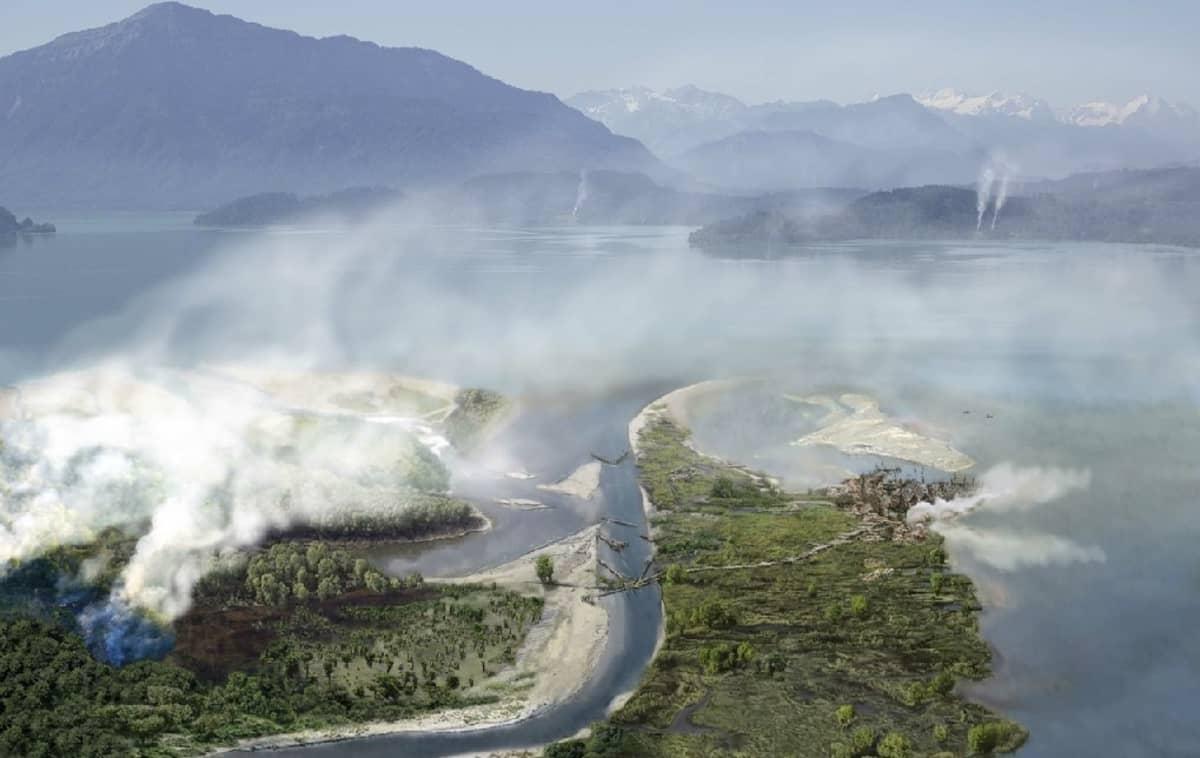 Taitelijan näkemys joen halkomasta järvenrantamaisemasta. Järven sannalla on puutalokylä, ja taustalla häämöttävät Alpit.