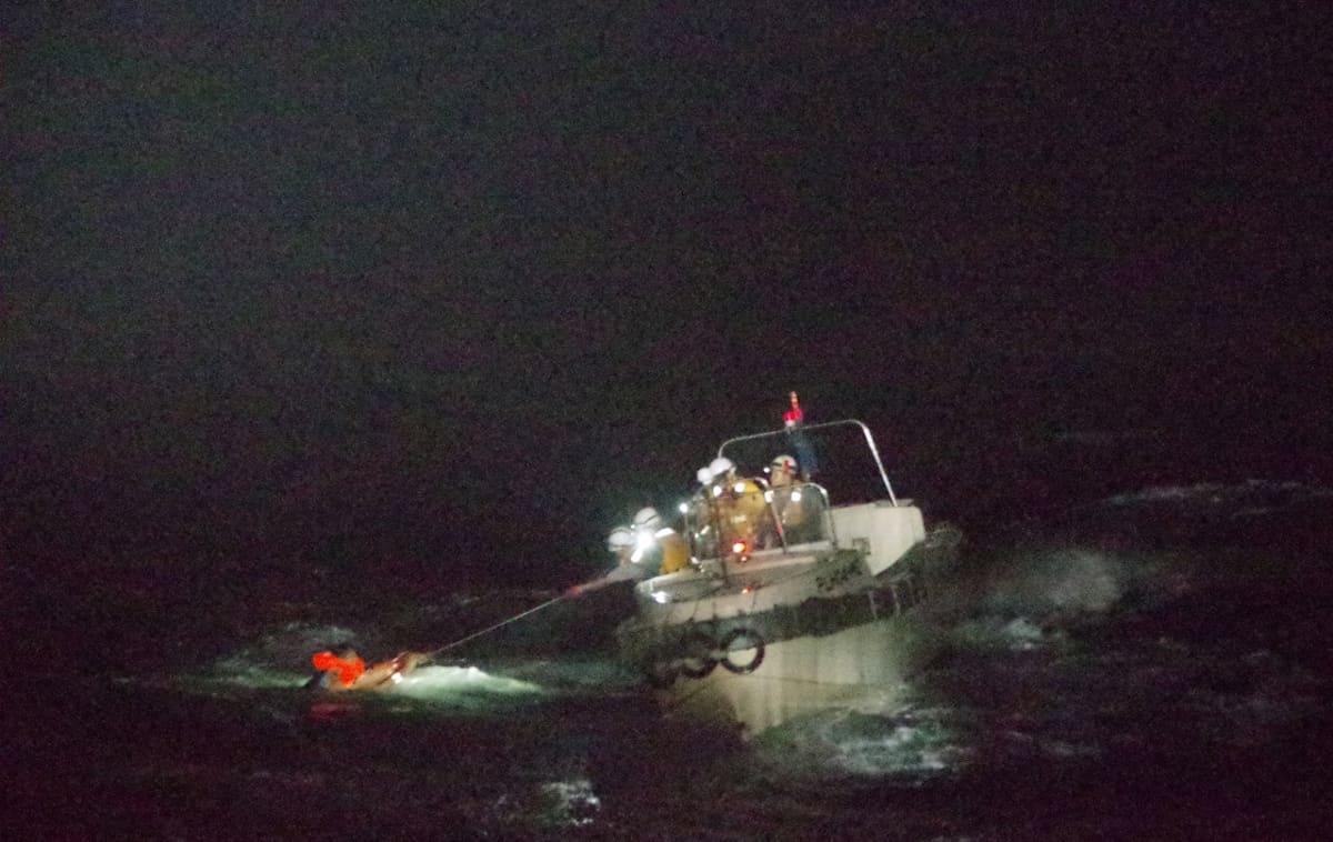 Japanin rannikkovartiosto pelasti ensimmäisen miehistön jäsenen pian uppoamisen jälkeen.
