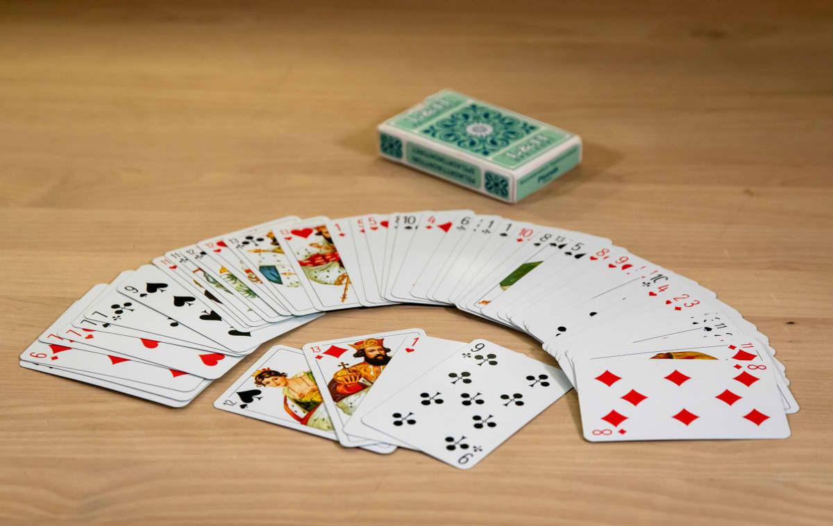 Pelikortteja pöydällä