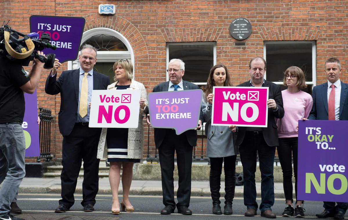Lakiuudistuksen vastustajia Dublinissa torstaina.